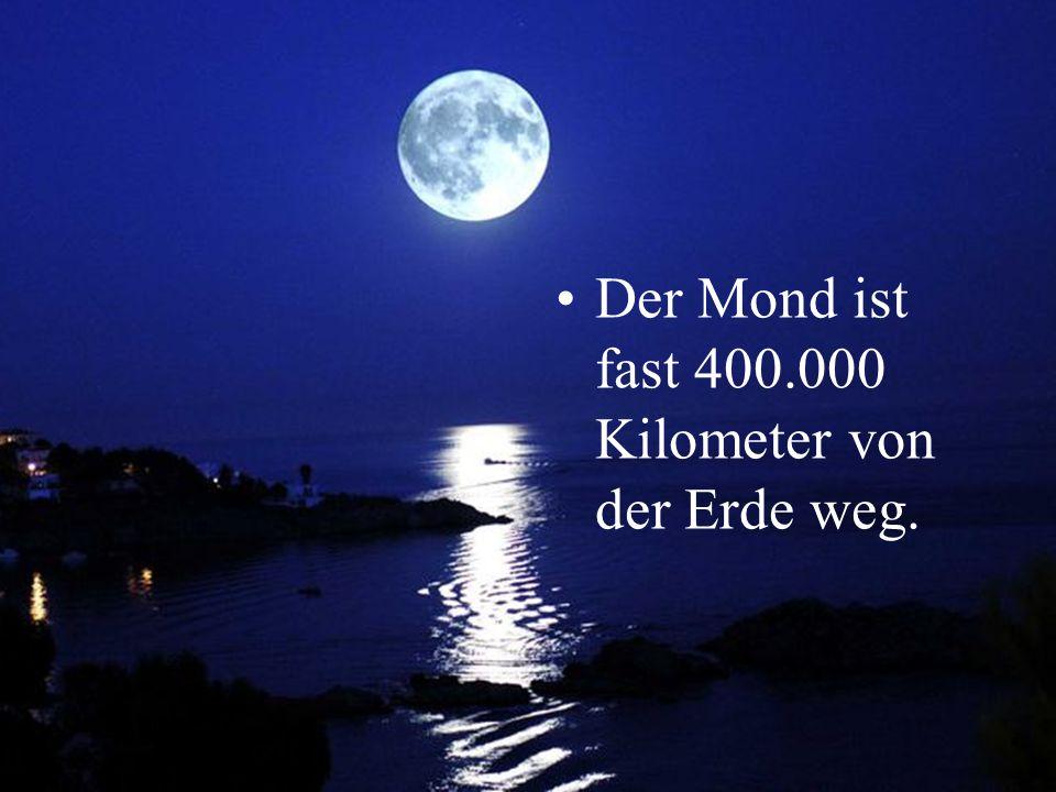 Der Mond ist fast 400.000 Kilometer von der Erde weg.