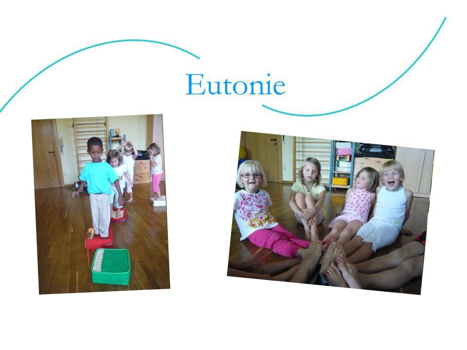 """Das Wort """"Eutonie setzt sich aus dem griechischen Wörtern """"eu = gut, wohl, harmonisch; und """"tonus = Spannung; zusammen."""