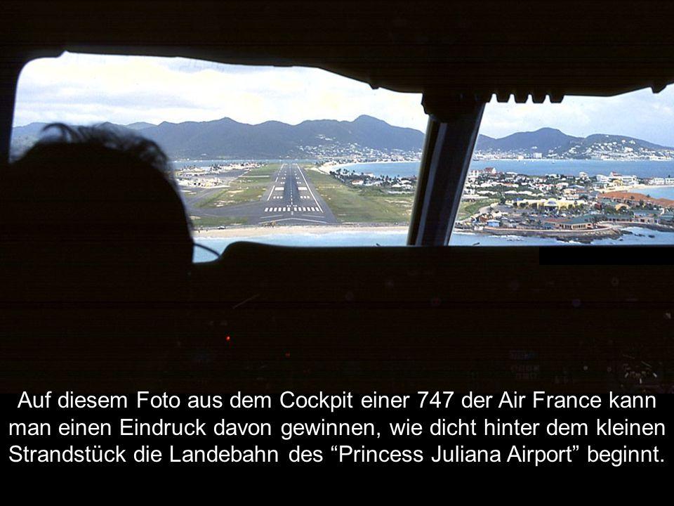 Auf diesem Foto aus dem Cockpit einer 747 der Air France kann man einen Eindruck davon gewinnen, wie dicht hinter dem kleinen Strandstück die Landebah