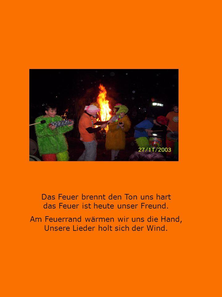 Das Feuer brennt den Ton uns hart das Feuer ist heute unser Freund. Am Feuerrand wärmen wir uns die Hand, Unsere Lieder holt sich der Wind.