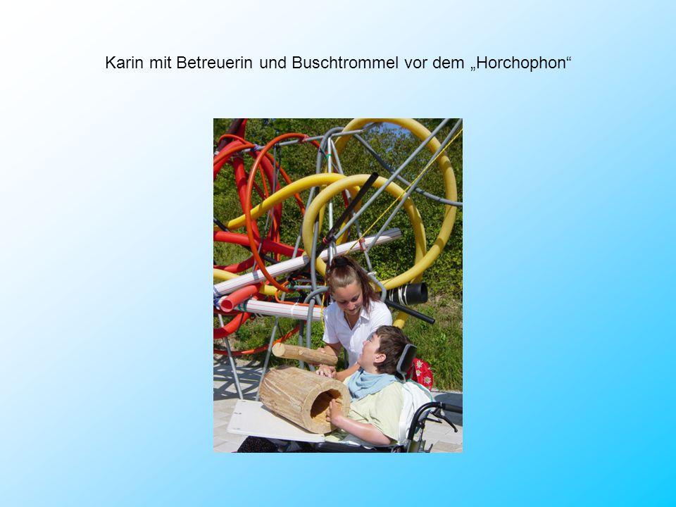 """Karin mit Betreuerin und Buschtrommel vor dem """"Horchophon"""""""