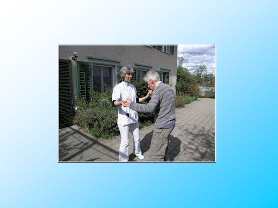 Die älteste Bewohnerin wird von einer jüngeren Mitbewohnerin auf ihrem täglichen Spaziergang begleitet.