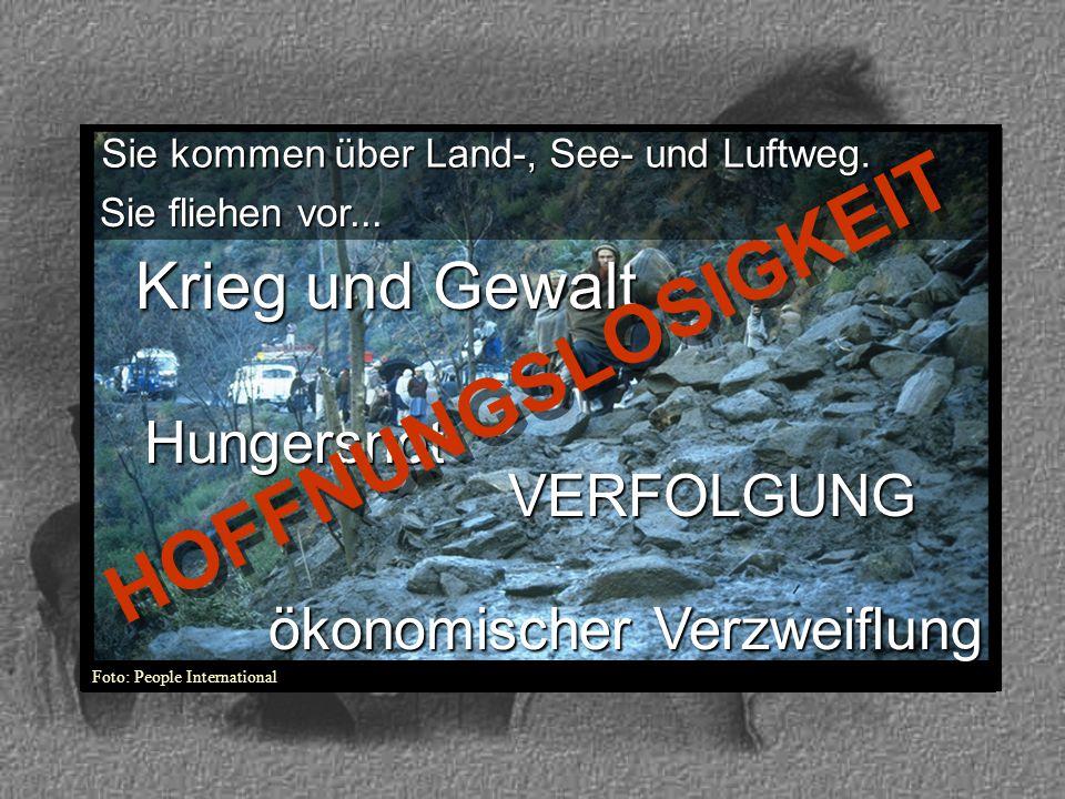 Foto: People International Sie fliehen vor... Sie kommen über Land-, See- und Luftweg. Krieg und Gewalt VERFOLGUNG Hungersnot ökonomischer Verzweiflun