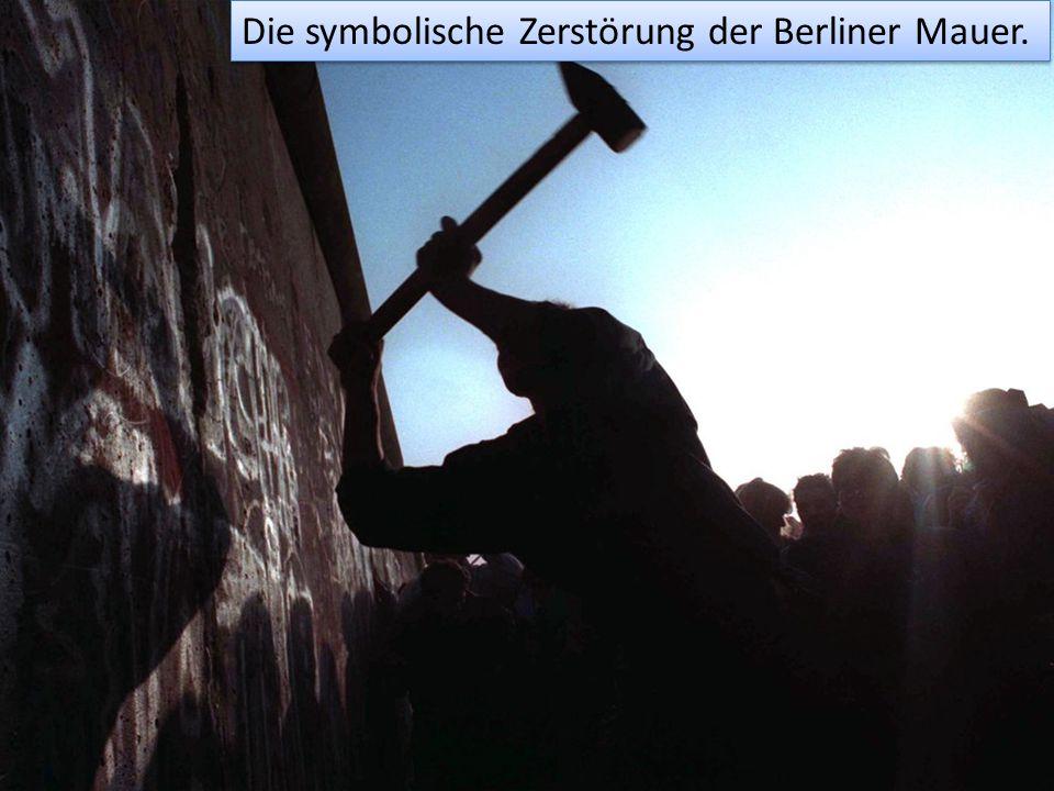Die symbolische Zerstörung der Berliner Mauer.