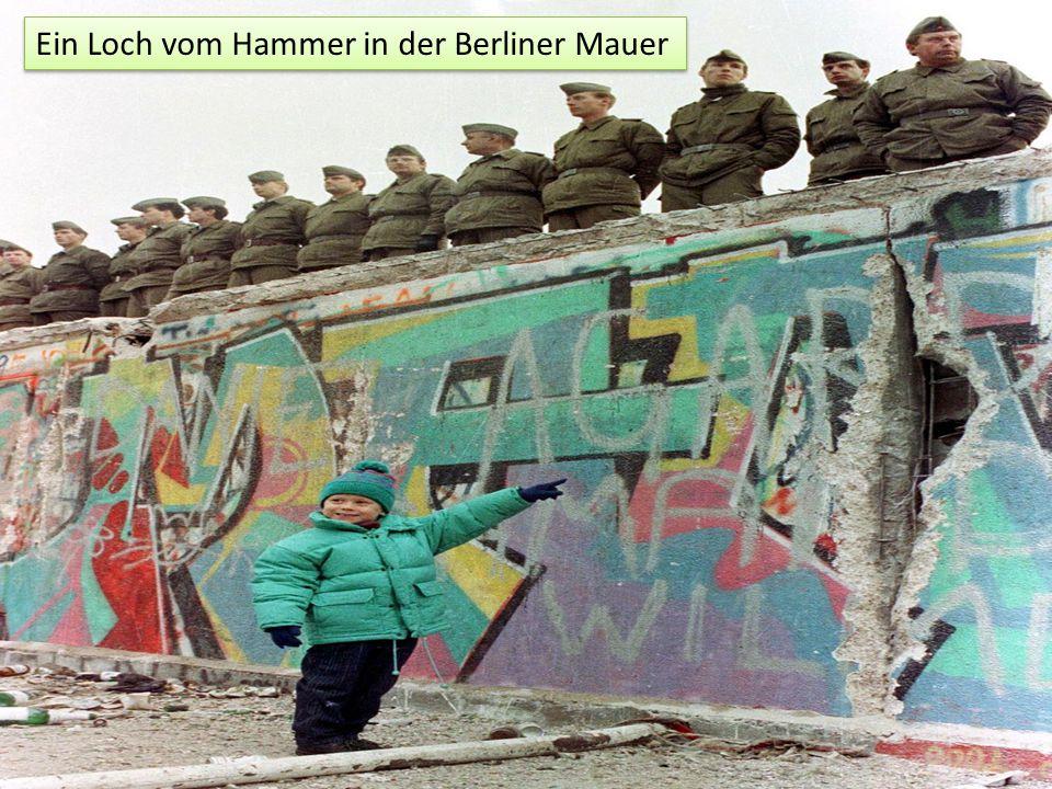 Ein Loch vom Hammer in der Berliner Mauer