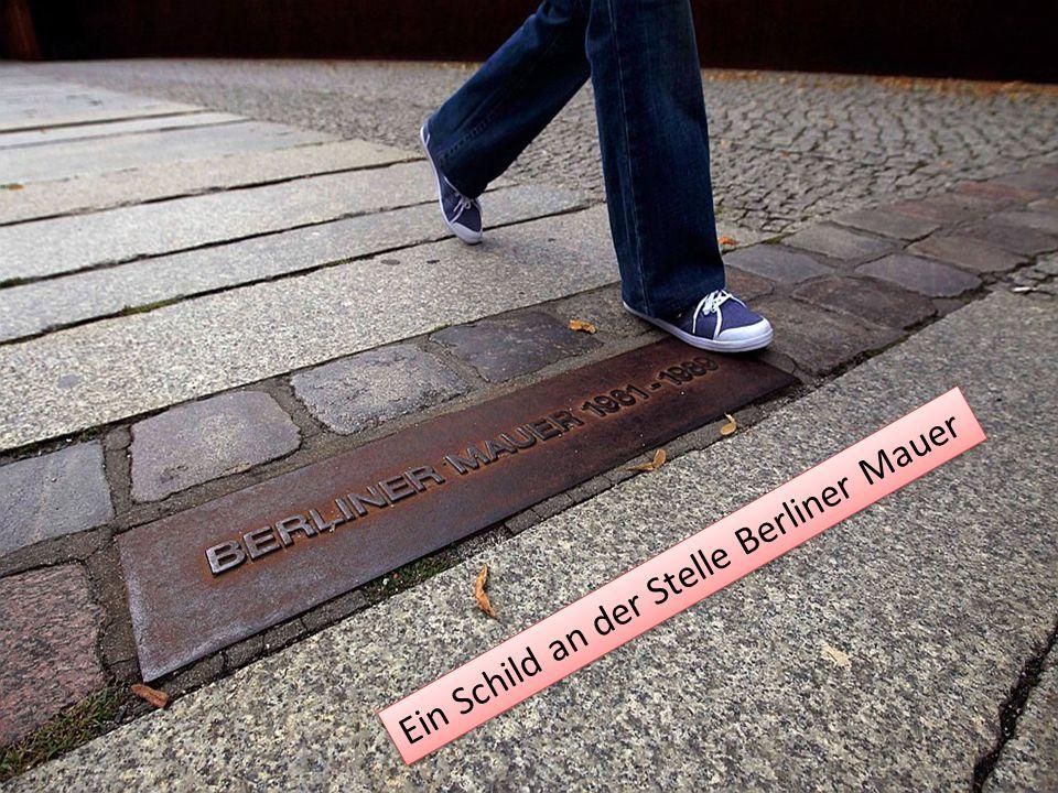 Ein Schild an der Stelle Berliner Mauer