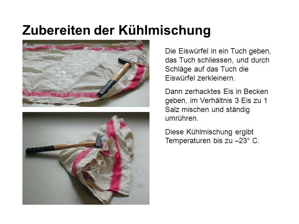 Zubereiten der Kühlmischung Die Eiswürfel in ein Tuch geben, das Tuch schliessen, und durch Schläge auf das Tuch die Eiswürfel zerkleinern. Dann zerha