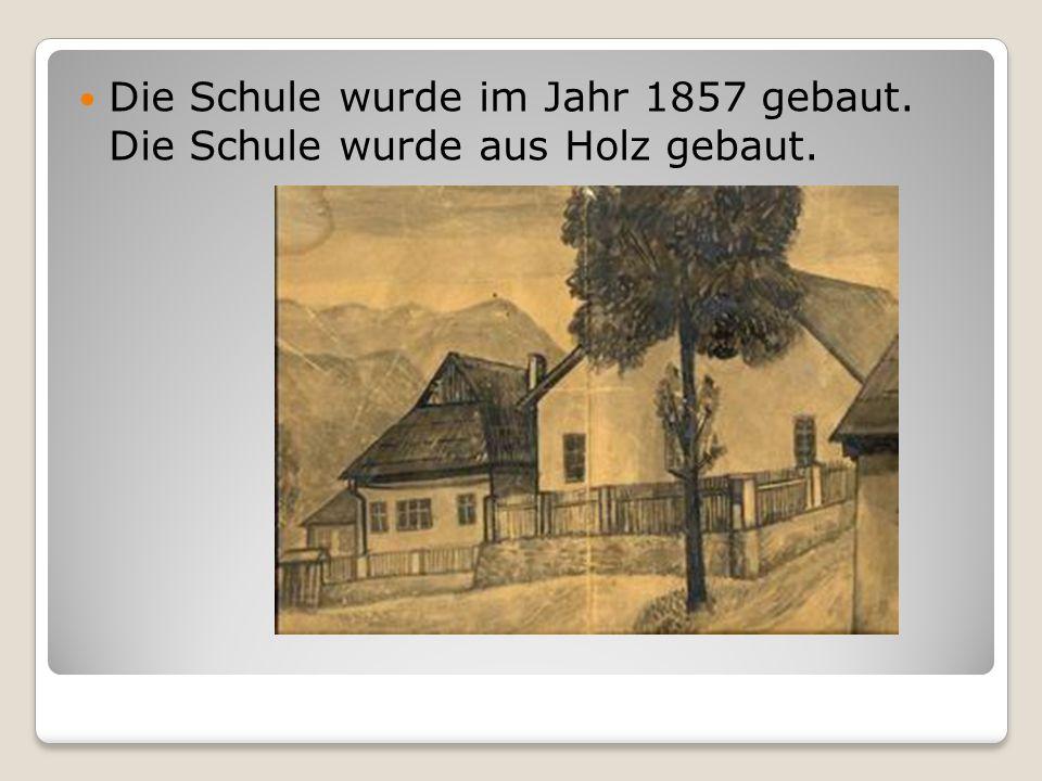 Die Schule wurde im Jahr 1857 gebaut. Die Schule wurde aus Holz gebaut.