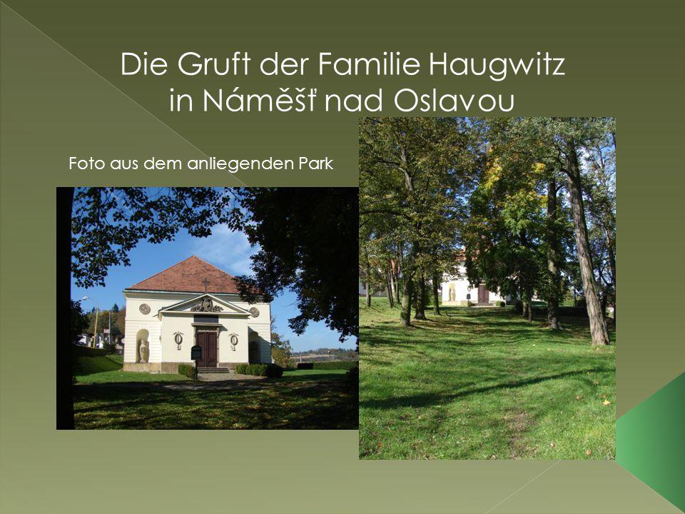 Die Gruft der Familie Haugwitz in Náměšť nad Oslavou Foto aus dem anliegenden Park