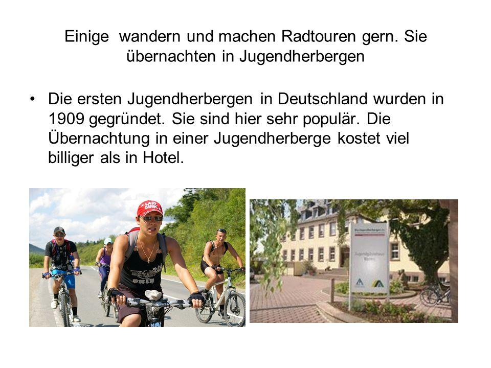 Einige wandern und machen Radtouren gern. Sie übernachten in Jugendherbergen Die ersten Jugendherbergen in Deutschland wurden in 1909 gegründet. Sie s