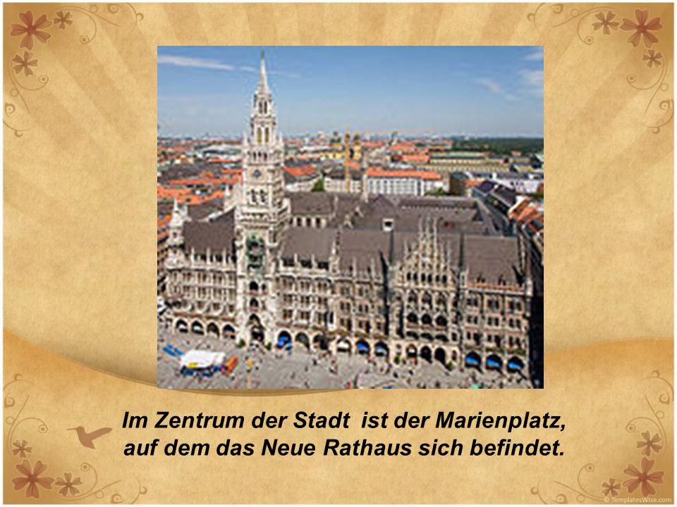Im Zentrum der Stadt ist der Marienplatz, auf dem das Neue Rathaus sich befindet.