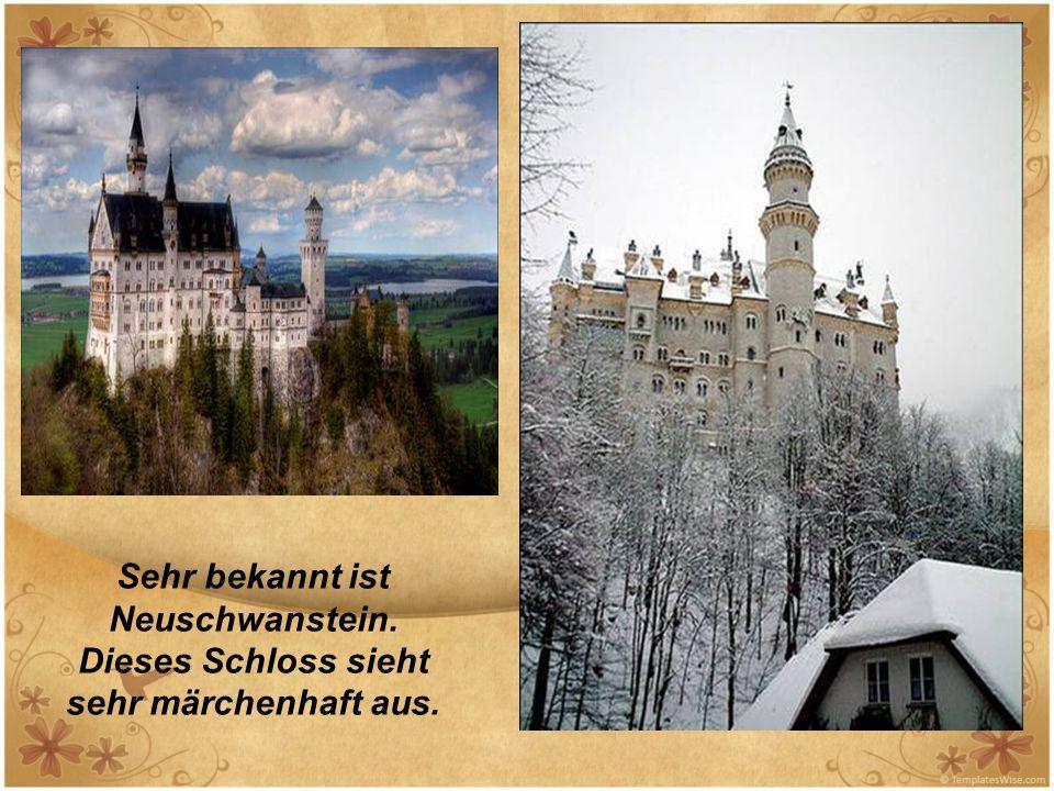Sehr bekannt ist Neuschwanstein. Dieses Schloss sieht sehr märchenhaft aus.