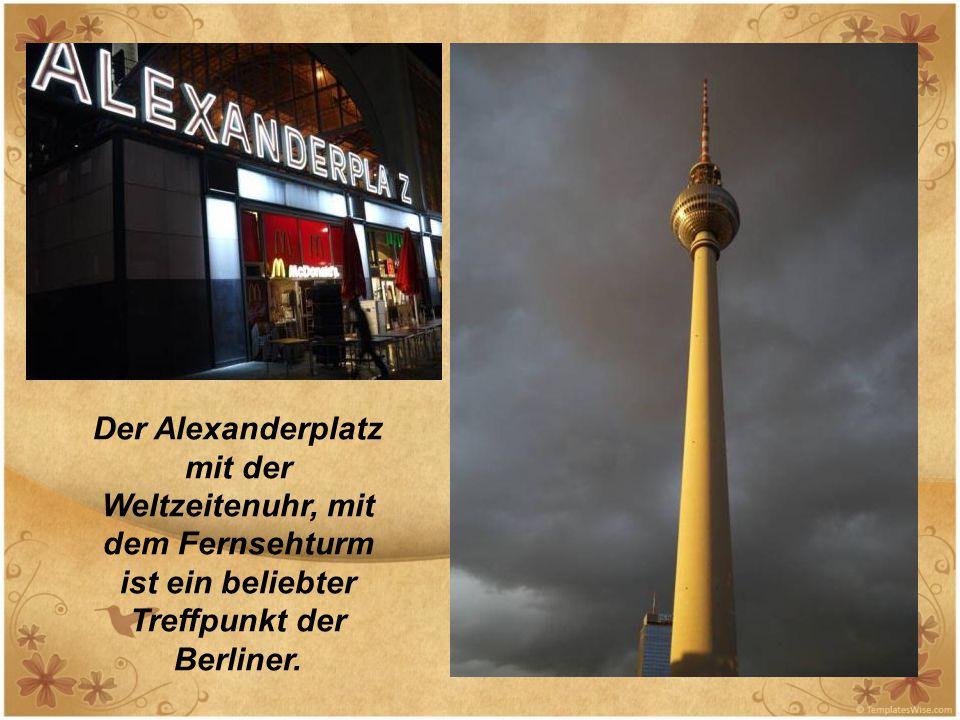 Der Alexanderplatz mit der Weltzeitenuhr, mit dem Fernsehturm ist ein beliebter Treffpunkt der Berliner.