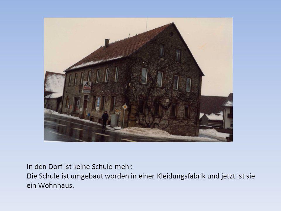 In den Dorf ist keine Schule mehr. Die Schule ist umgebaut worden in einer Kleidungsfabrik und jetzt ist sie ein Wohnhaus.