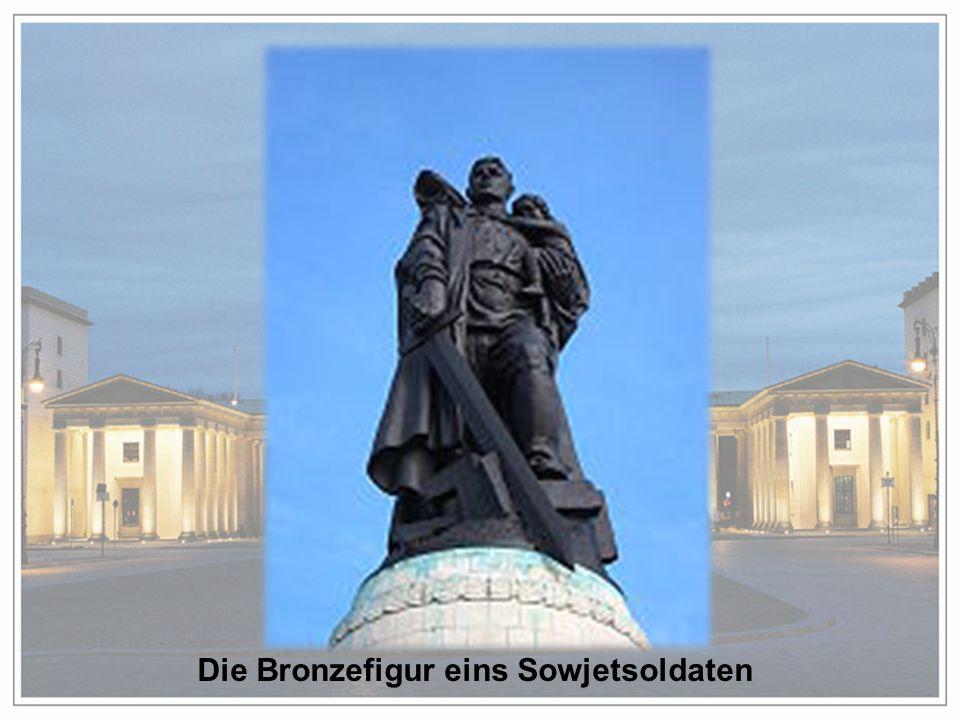 Die Bronzefigur eins Sowjetsoldaten