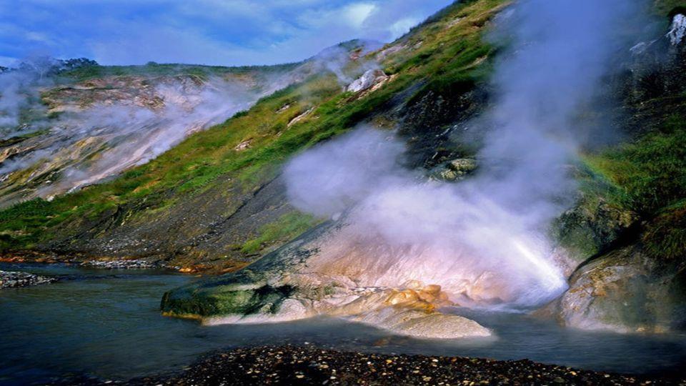 """Dank 30 aktiver Vulkane in einem relativ kleinen Gebiet, also im weltweiten Maßstab besonders hoher Vulkandichte, gilt Kamtschatka als das """"Land der V"""