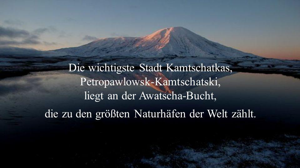 Die wichtigste Stadt Kamtschatkas, Petropawlowsk-Kamtschatski, liegt an der Awatscha-Bucht, die zu den größten Naturhäfen der Welt zählt.