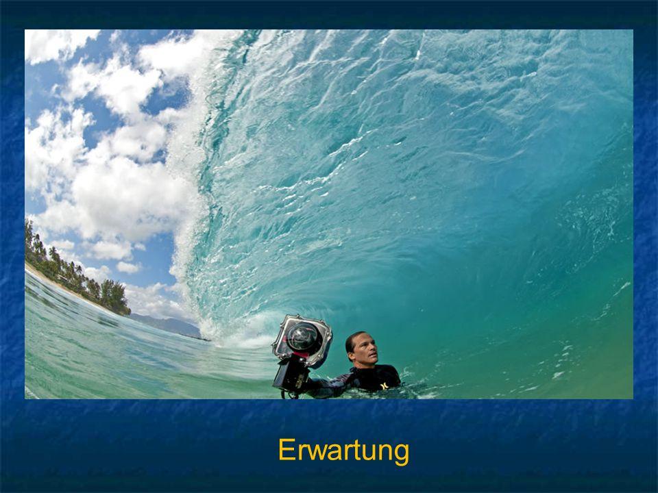 Das ist absolut großartig! Dieser Mann stellt sich ins Wasser und wartet bis zur letzten Sekunde um mit seiner Kamera ein stürzende Welle zu knipsen,