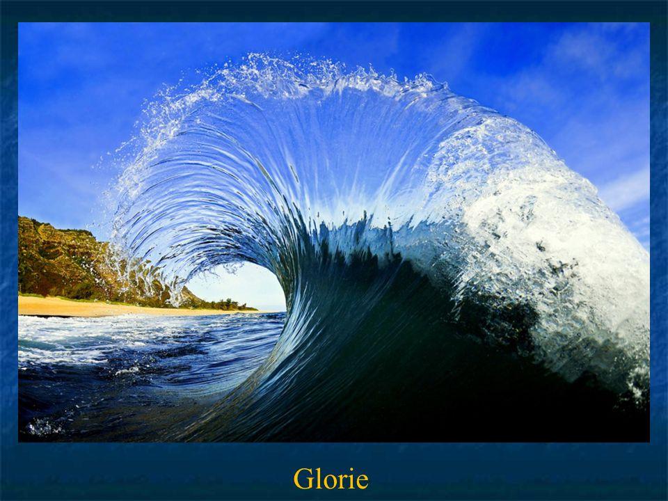 Die nächsten beiden Aufnahmen sind Clark's Spezialität. Zwei Wellen stoßen zusammen. Clark hat den bunten Wasserfächer mit hoher Verschlusszeit in Sek