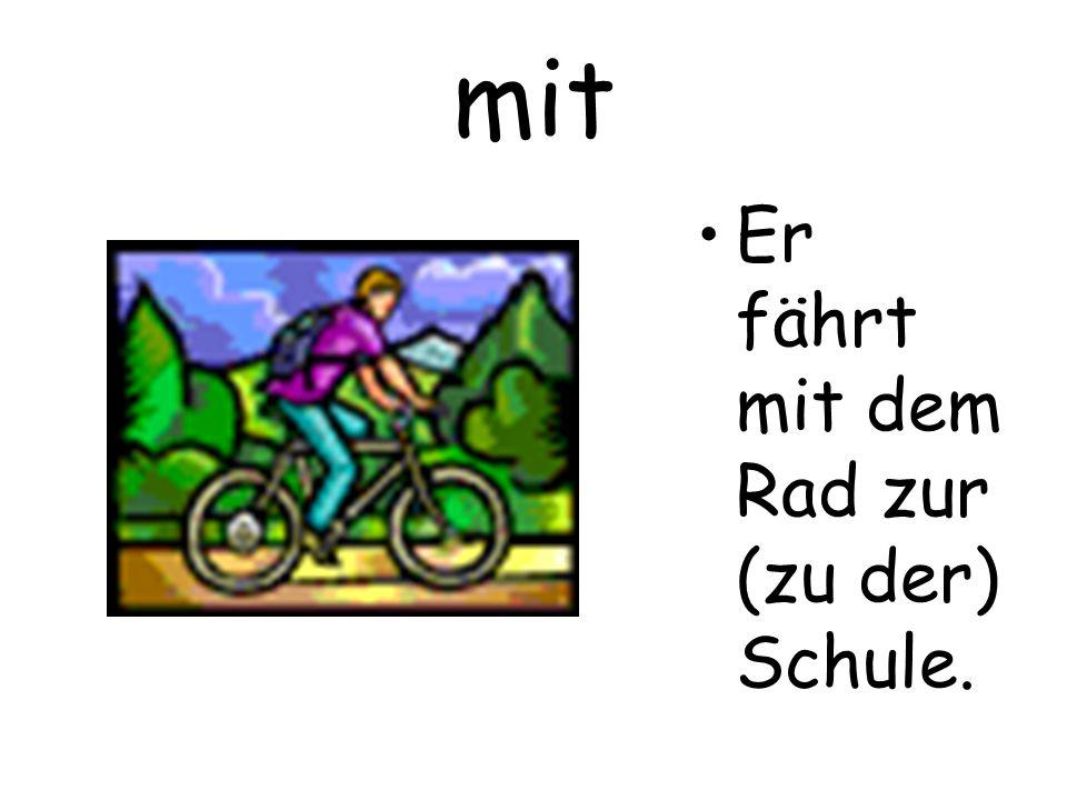 mit Er fährt mit dem Rad zur (zu der) Schule.