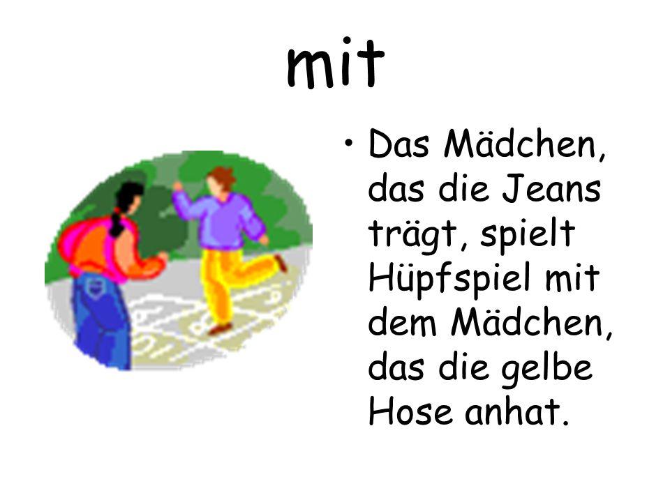 mit Das Mädchen, das die Jeans trägt, spielt Hüpfspiel mit dem Mädchen, das die gelbe Hose anhat.