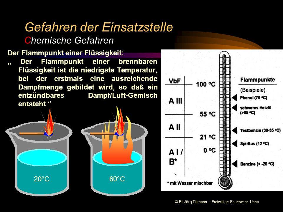 """© BI Jörg Tillmann – Freiwillige Feuerwehr Unna Gefahren der Einsatzstelle Chemische Gefahren Der Flammpunkt einer Flüssigkeit: """" Der Flammpunkt einer brennbaren Flüssigkeit ist die niedrigste Temperatur, bei der erstmals eine ausreichende Dampfmenge gebildet wird, so daß ein entzündbares Dampf/Luft-Gemisch entsteht 20°C60°C"""