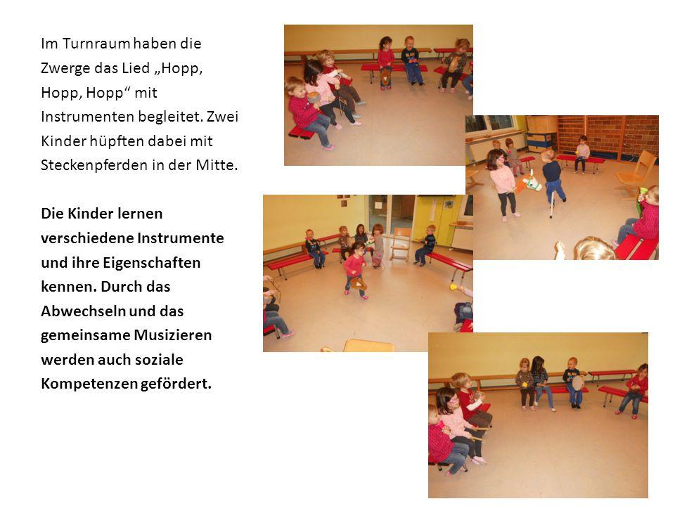 """Im Turnraum haben die Zwerge das Lied """"Hopp, Hopp, Hopp"""" mit Instrumenten begleitet. Zwei Kinder hüpften dabei mit Steckenpferden in der Mitte. Die Ki"""