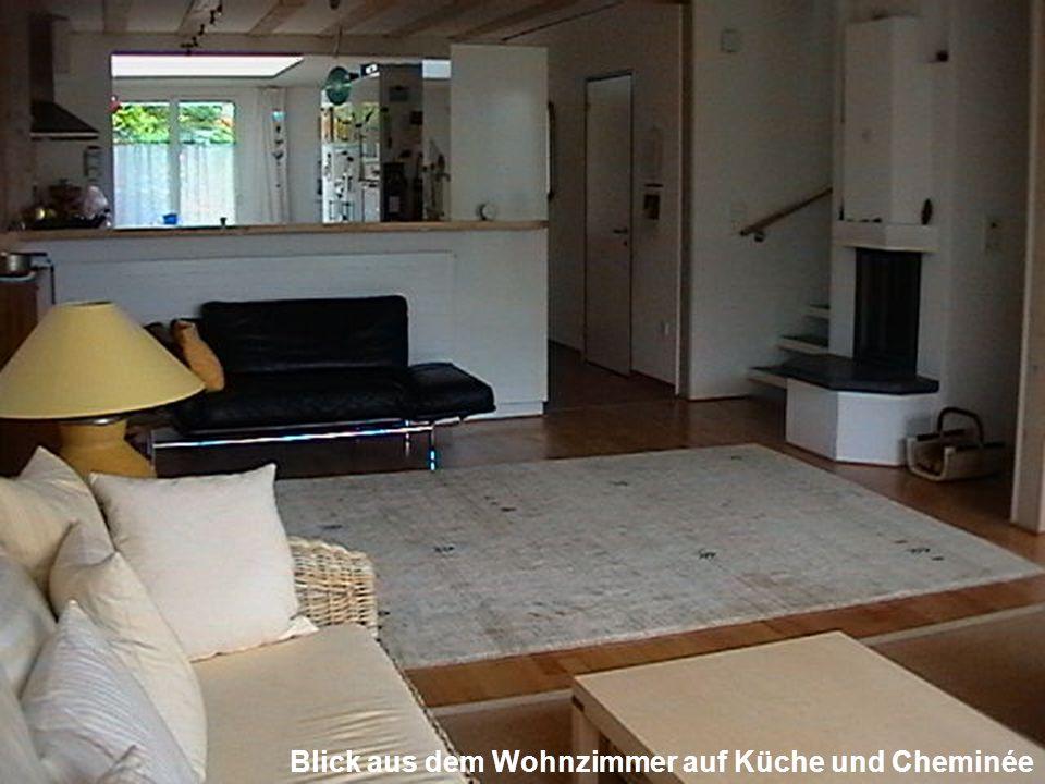 Blick aus dem Wohnzimmer auf Küche und Cheminée
