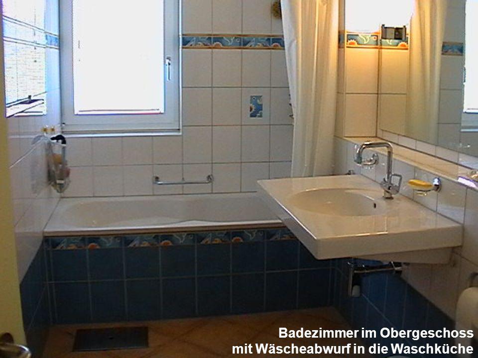 Badezimmer im Obergeschoss mit Wäscheabwurf in die Waschküche