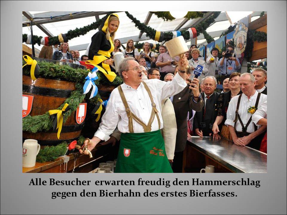 Alle Besucher erwarten freudig den Hammerschlag gegen den Bierhahn des erstes Bierfasses.