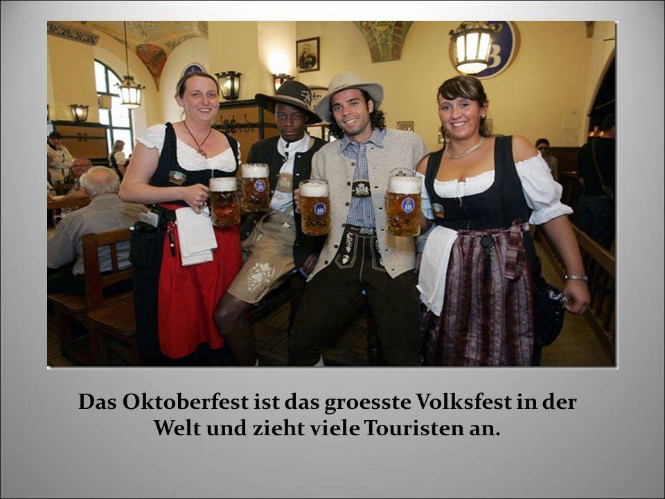Das Oktoberfest ist das groesste Volksfest in der Welt und zieht viele Touristen an.