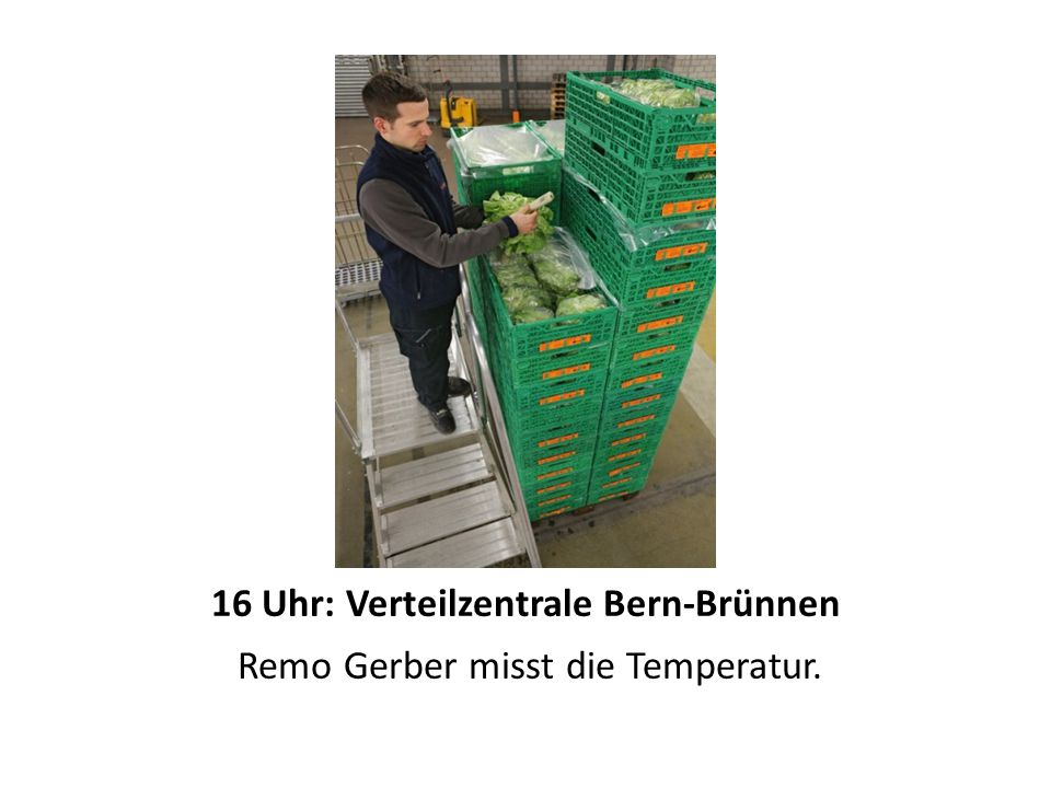 16 Uhr: Verteilzentrale Bern-Brünnen Remo Gerber misst die Temperatur.