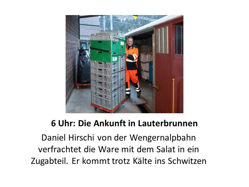 6 Uhr: Die Ankunft in Lauterbrunnen Daniel Hirschi von der Wengernalpbahn verfrachtet die Ware mit dem Salat in ein Zugabteil.