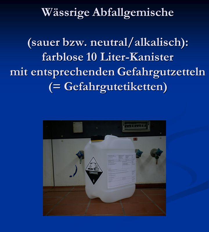 Wässrige Abfallgemische (sauer bzw. neutral/alkalisch): farblose 10 Liter-Kanister mit entsprechenden Gefahrgutzetteln (= Gefahrgutetiketten)