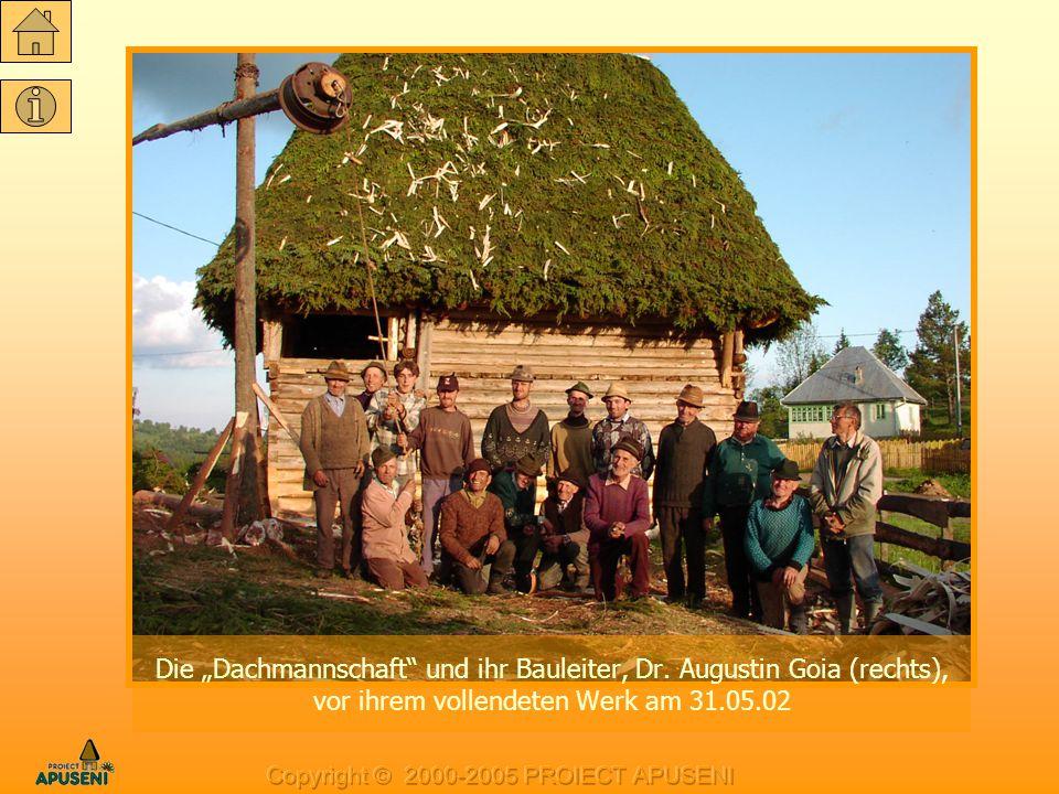 """Die """"Dachmannschaft"""" und ihr Bauleiter, Dr. Augustin Goia (rechts), vor ihrem vollendeten Werk am 31.05.02"""