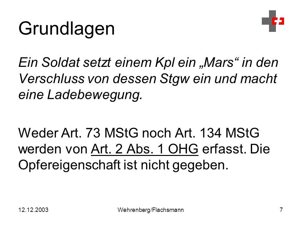 """12.12.2003Wehrenberg/Flachsmann7 Grundlagen Ein Soldat setzt einem Kpl ein """"Mars in den Verschluss von dessen Stgw ein und macht eine Ladebewegung."""