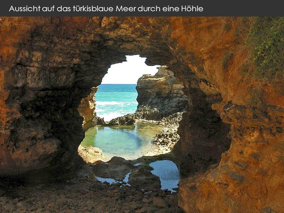 Aussicht auf das türkisblaue Meer durch eine Höhle