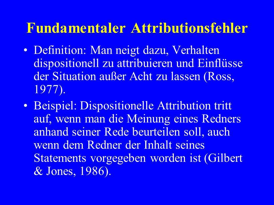 Fundamentaler Attributionsfehler Definition: Man neigt dazu, Verhalten dispositionell zu attribuieren und Einflüsse der Situation außer Acht zu lassen