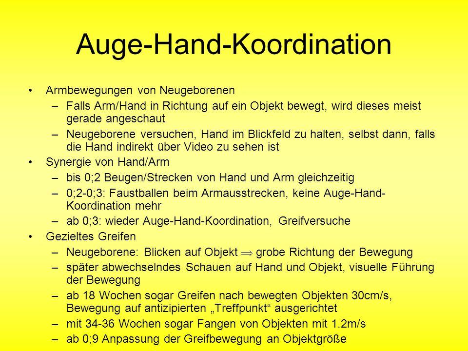 """Auge-Hand-Koordination Armbewegungen von Neugeborenen –Falls Arm/Hand in Richtung auf ein Objekt bewegt, wird dieses meist gerade angeschaut –Neugeborene versuchen, Hand im Blickfeld zu halten, selbst dann, falls die Hand indirekt über Video zu sehen ist Synergie von Hand/Arm –bis 0;2 Beugen/Strecken von Hand und Arm gleichzeitig –0;2-0;3: Faustballen beim Armausstrecken, keine Auge-Hand- Koordination mehr –ab 0;3: wieder Auge-Hand-Koordination, Greifversuche Gezieltes Greifen –Neugeborene: Blicken auf Objekt  grobe Richtung der Bewegung –später abwechselndes Schauen auf Hand und Objekt, visuelle Führung der Bewegung –ab 18 Wochen sogar Greifen nach bewegten Objekten 30cm/s, Bewegung auf antizipierten """"Treffpunkt ausgerichtet –mit 34-36 Wochen sogar Fangen von Objekten mit 1.2m/s –ab 0;9 Anpassung der Greifbewegung an Objektgröße"""