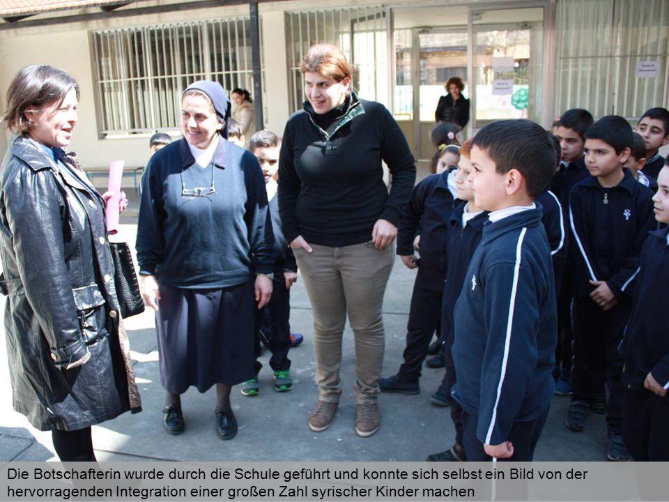 Die Botschafterin wurde durch die Schule geführt und konnte sich selbst ein Bild von der hervorragenden Integration einer großen Zahl syrischer Kinder