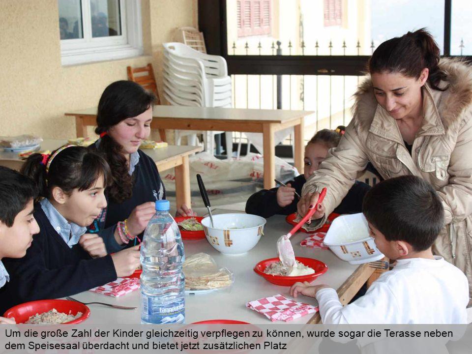 Um die große Zahl der Kinder gleichzeitig verpflegen zu können, wurde sogar die Terasse neben dem Speisesaal überdacht und bietet jetzt zusätzlichen P