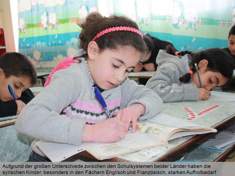 Aufgrund der großen Unterschiede zwischen den Schulsystemen beider Länder haben die syrischen Kinder, besonders in den Fächern Englisch und Französisc