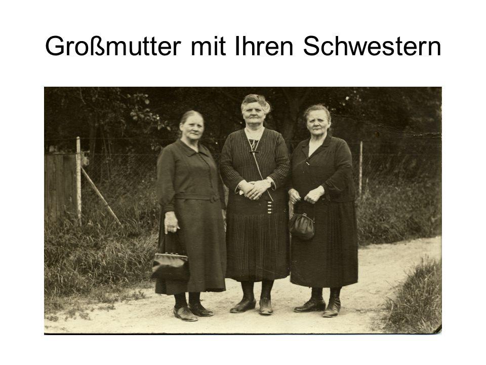 Taufe von Ursula Bergmann hinten von links: Tante Marie – Tante Trudel - .
