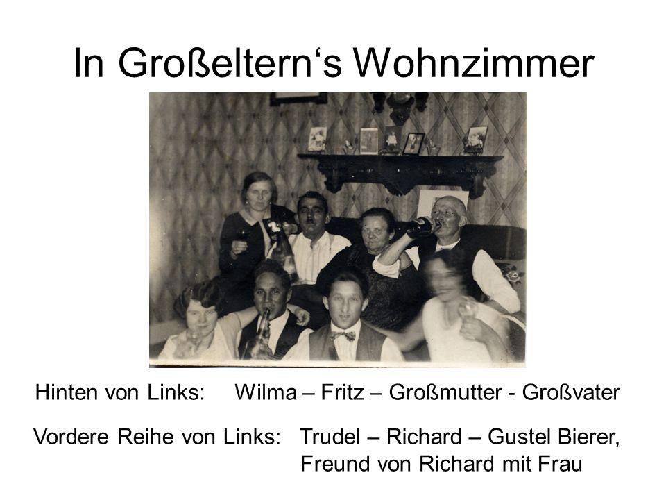 In Großeltern's Wohnzimmer Hinten von Links:Wilma – Fritz – Großmutter - Großvater Vordere Reihe von Links:Trudel – Richard – Gustel Bierer, Freund vo