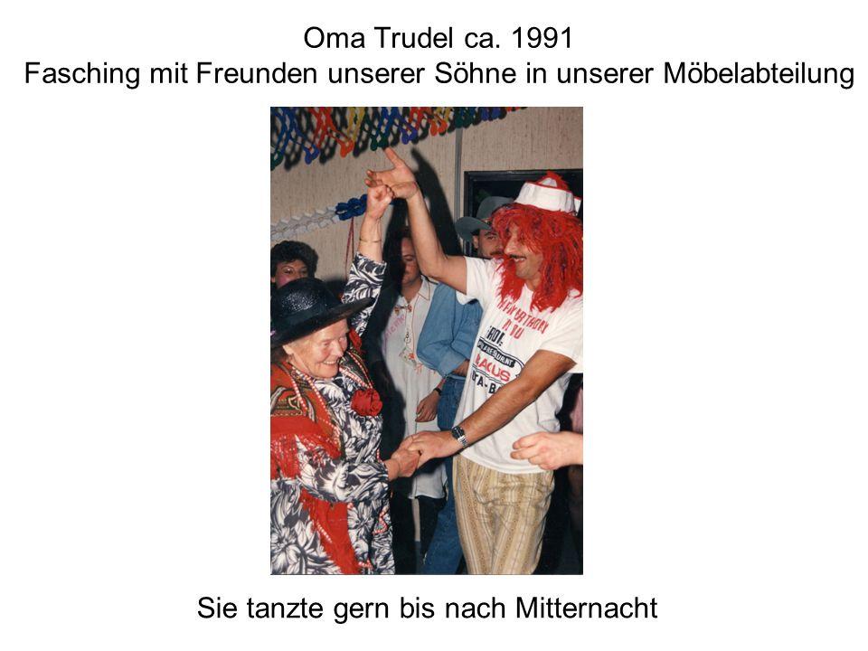 Oma Trudel ca. 1991 Fasching mit Freunden unserer Söhne in unserer Möbelabteilung Sie tanzte gern bis nach Mitternacht