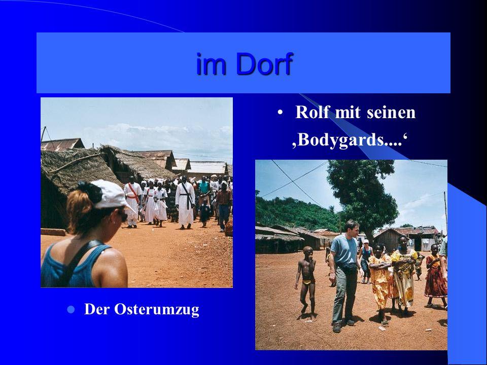 im Dorf Der Osterumzug Rolf mit seinen 'Bodygards....'