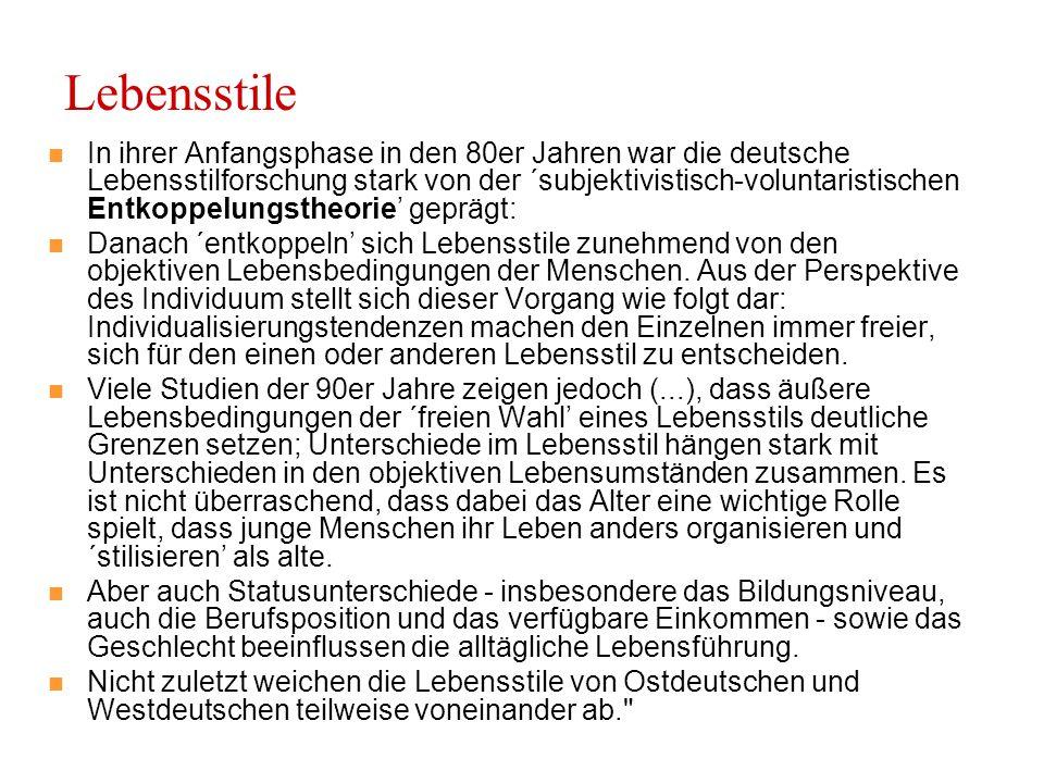 Lebensstile In ihrer Anfangsphase in den 80er Jahren war die deutsche Lebensstilforschung stark von der ´subjektivistisch-voluntaristischen Entkoppelungstheorie' geprägt: Danach ´entkoppeln' sich Lebensstile zunehmend von den objektiven Lebensbedingungen der Menschen.