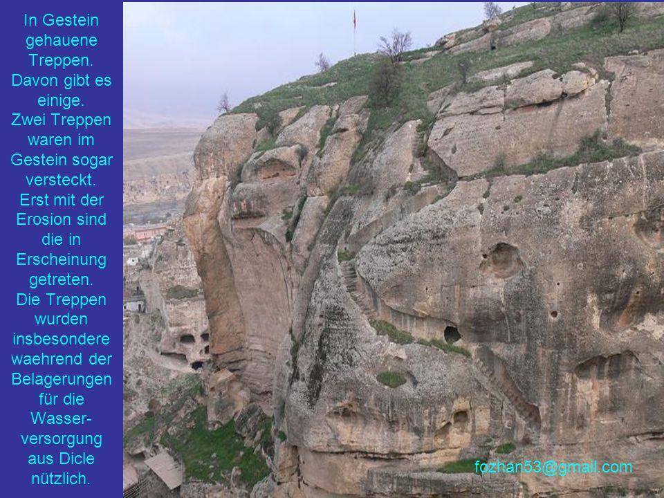 An einem hohen Punkt mit dem Blick auf Dicle haben die Menschen solch einen Turm aus geschnittenen Steinblöcken errichtet...