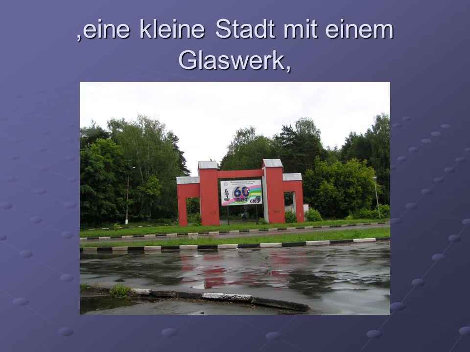 ,eine kleine Stadt mit einem Glaswerk,