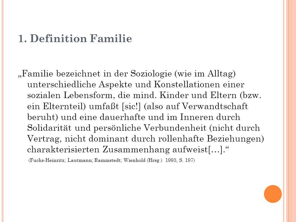 """1. Definition Familie """"Familie bezeichnet in der Soziologie (wie im Alltag) unterschiedliche Aspekte und Konstellationen einer sozialen Lebensform, di"""